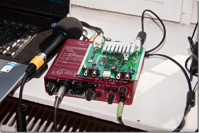 Ну а сие есть сам SDR УКВ трансивер.  Красная коробочка есть ни что иное как внешняя звуковая карта.
